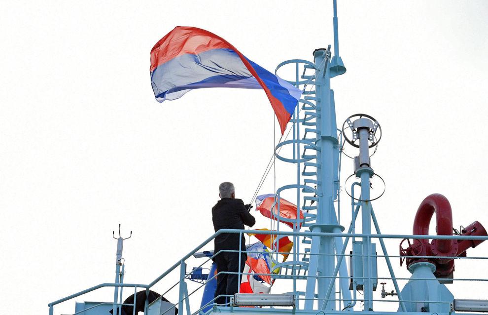 Подъем государственного флага России во время торжественной церемонии приёмки головного универсального атомного ледокола «Арктика»