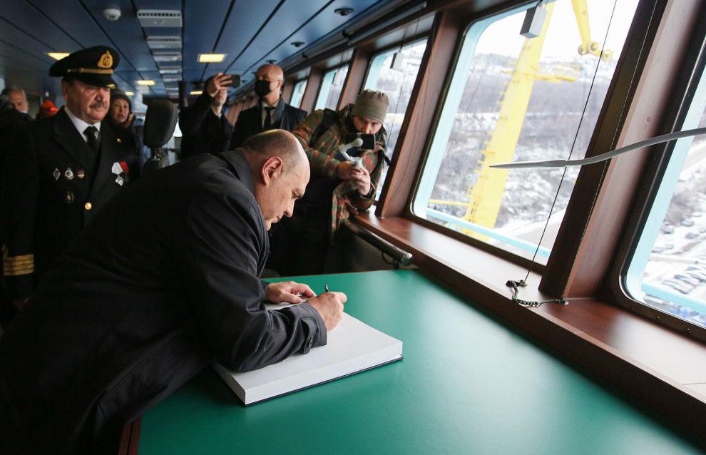 Председатель правительства России Михаил Мишустин оставляет памятную запись в книге почетных посетителей после торжественной церемонии приёмки головного универсального атомного ледокола «Арктика» в ходе рабочей поездки в Мурманск