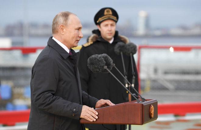 Владимир Путин во время посещения нового ледокола «Виктор Черномырдин» на территории пассажирского порта «Морской фасад» в Санкт-Петербурге