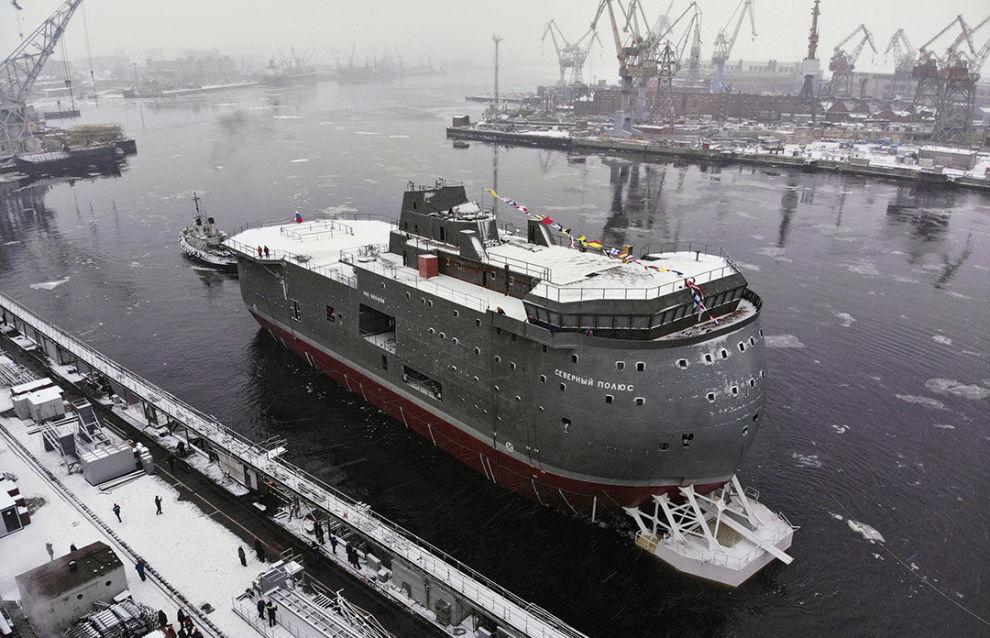 Церемония спуска на воду ледостойкой самодвижущейся платформы (ЛСП) Северный полюс проекта 00903 в Санкт-Петербурге