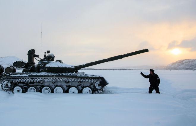 Контрольные стрельбы танкового батальона отдельной мотострелковой бригады Северного флота на танках Т-80БВМ на полигоне Корзуново в Печенгском районе Мурманской области