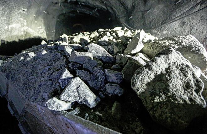 Погрузчик с рудой в туннеле Расвумчоррского рудника в Мурманской области