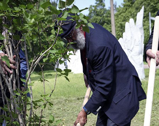 Artur Chilingarov plants a lilac bush