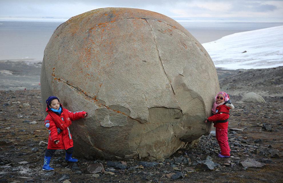 Каменный шар на острове Чампа (Земля Франца-Иосифа)