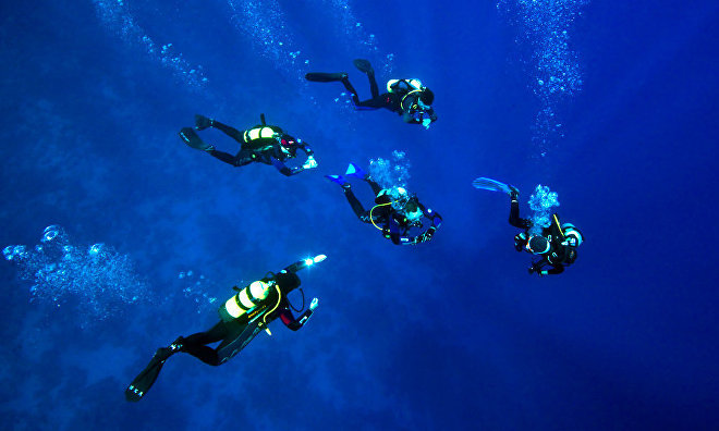 Scuba divers from the Russian Geographic Society go for world records in Arctic seas