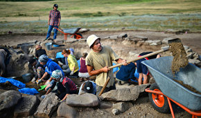 Archeologists examine the Yugorskaya Sopka ancient settlement in the Nenets Autonomous Area