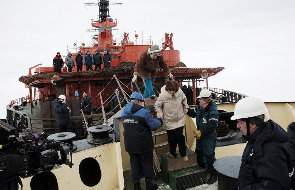 Paramedics from the Arktika icebreaker board the Taimyr