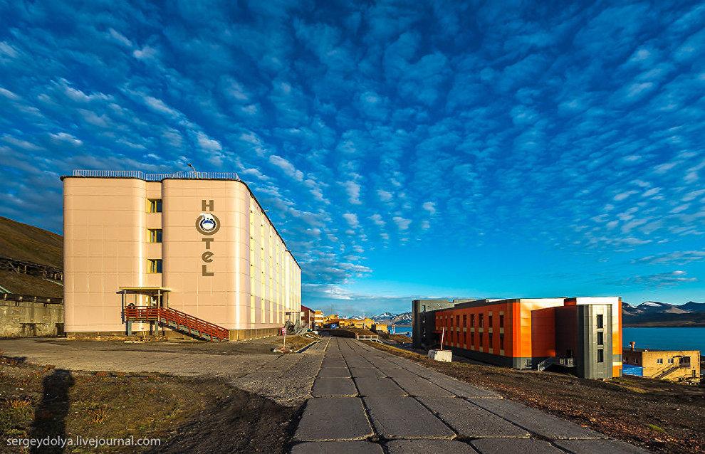 Слева - здание отеля Баренцбург, справа - поликлиника и больница. В обоих зданиях в 2013 году был закончен капитальный ремонт
