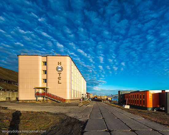 Barentsburg Hotel is seen on the left, and a hospital and an outpatient clinic are on the right. Both buildings were given a major overhaul in 2013. Photo by Sergei Dolya