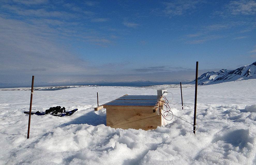 A GPS monitoring station on the Esmark Glacier