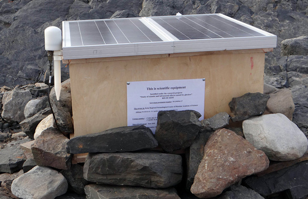 A three-component ESM seismic station at the foot of the Esmark Glacier