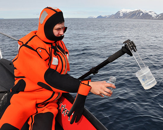 Collecting sea water samples to detect polycyclic aromatic hydrocarbons near Svalbard
