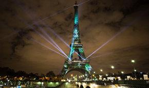 Подсветка Эйфелевой башни в Париже накануне Международной конференции по климату COP21