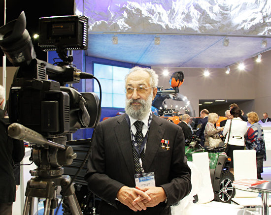 Artur Chilingarov, the president's special representative for international cooperation in the Arctic and the Antarctic, visits an exhibition at the fifth international forum, The Arctic: Present and Future