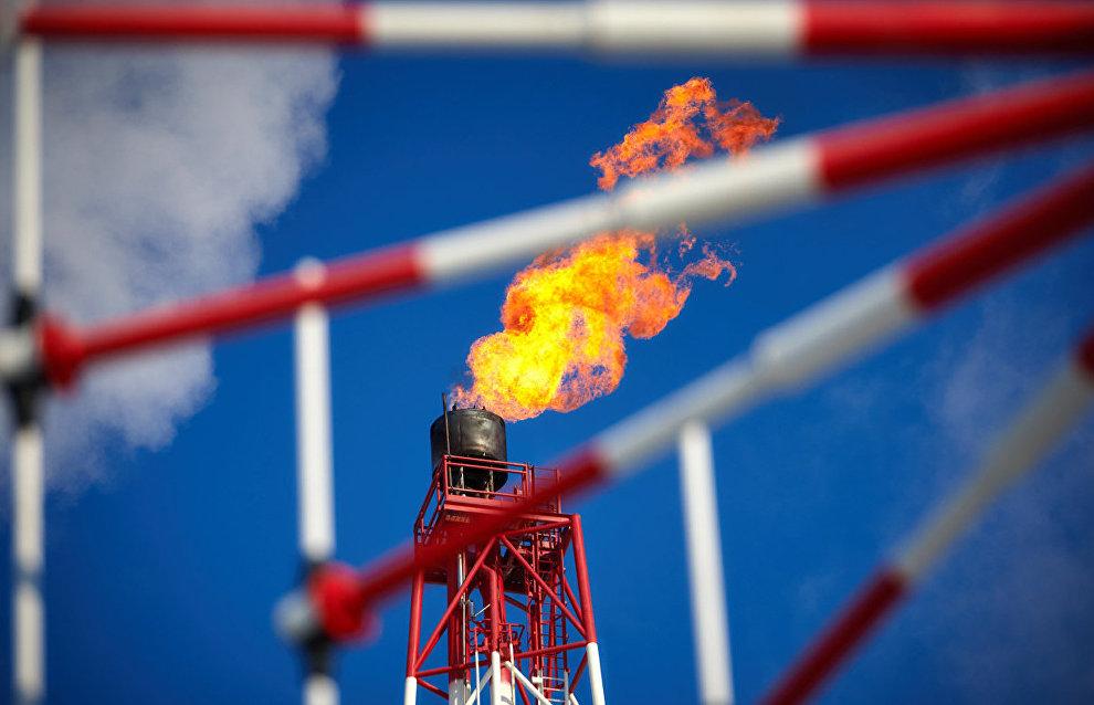 Газовый факел морской нефтедобывающей платформы «Приразломная»