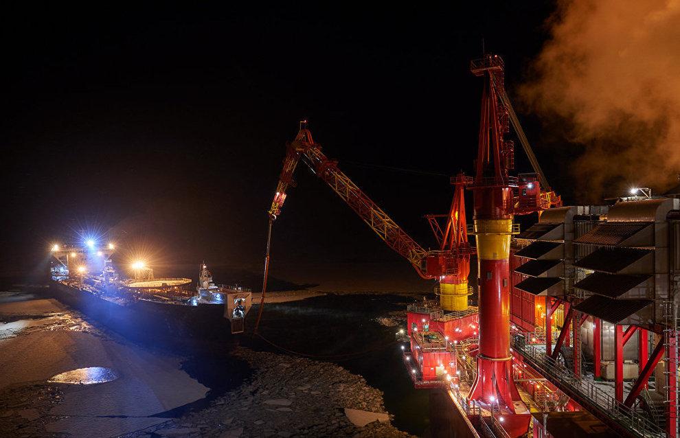 Танкер ледового класса «Кирилл Лавров» во время закачки нефти на морской нефтедобывающей платформе «Приразломная»