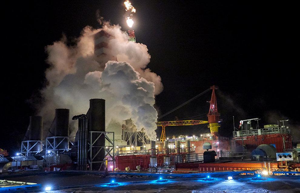 Буровая вышка  и газовый факел морской нефтедобывающей платформы «Приразломная»