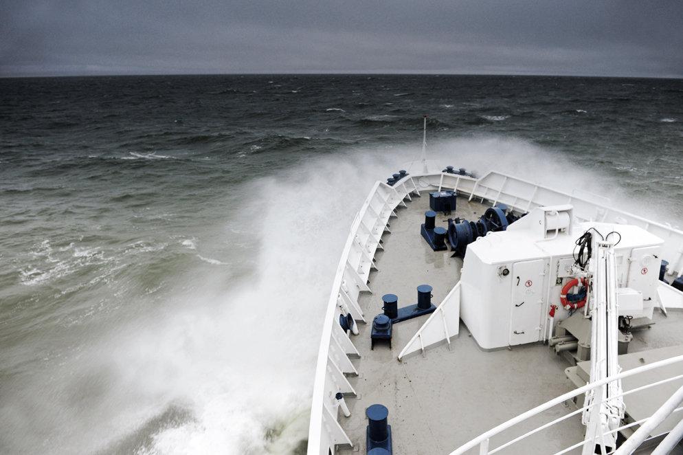 Слева: Научно-исследовательское судно на пути к архипилагу Новосибирские острова. Справа: Участник экспедиции на архипилаг Новосибирские острова