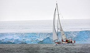 Экспедиционная яхта ALTER EGO проходит траверсом ледника от мыса Флигели к мысу Уэлмана (остров Рудольфа)