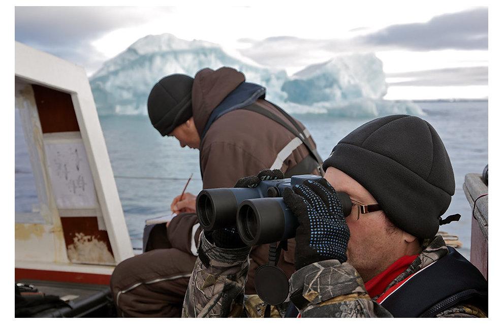 Участники экспедиции Дмитрий Мосеев и Евгений Кузьмин ведут наблюдения за характером береговой зоны островов с борта яхты