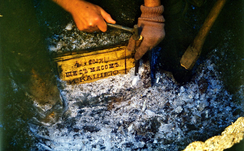 Слева: пищевые консервы для войск «Щи с мясом и кашею», найденные в продуктовом складе экспедиции под руководством Эдуарда Толля; справа: ящик из продуктового склада экспедиции под руководством Эдуарда Толля