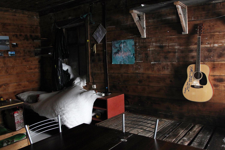 Разбитое медведем окно в одном из домов на полярной станции в бухте Тихая