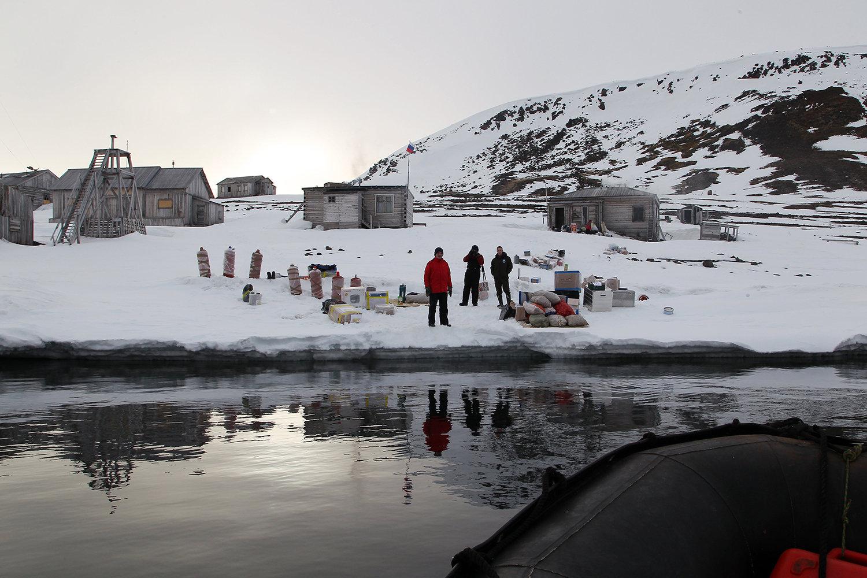 Инспекторы национального парка «Русская Арктика» во время высадки на остров Гукера