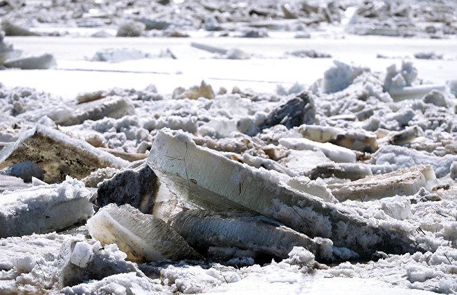 В Якутии во время ледохода три охотника целый день провели на крыше избушки