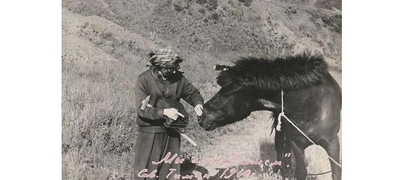 Л.А.Попугаева (как всегда с геологическим молотком и полевой сумкой) при изучении месторождений Северного Тимана, 1960 г.