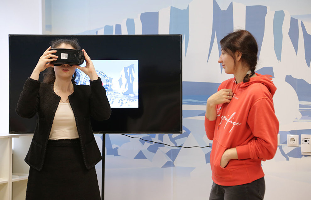 The center will use VR and AR technologies. An open lesson was held for journalists where they were offered the chance to try out VR glasses