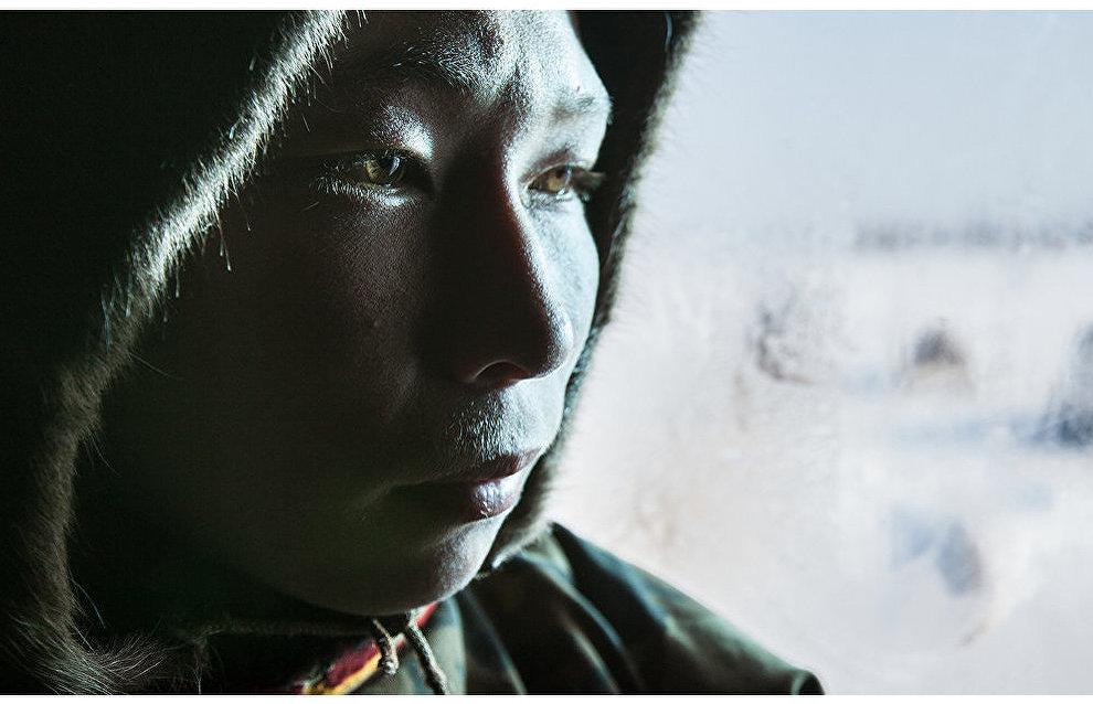 Ненецкий оленевод из семьи Пальчиных греется в балке. Тухардская тундра, Таймыр