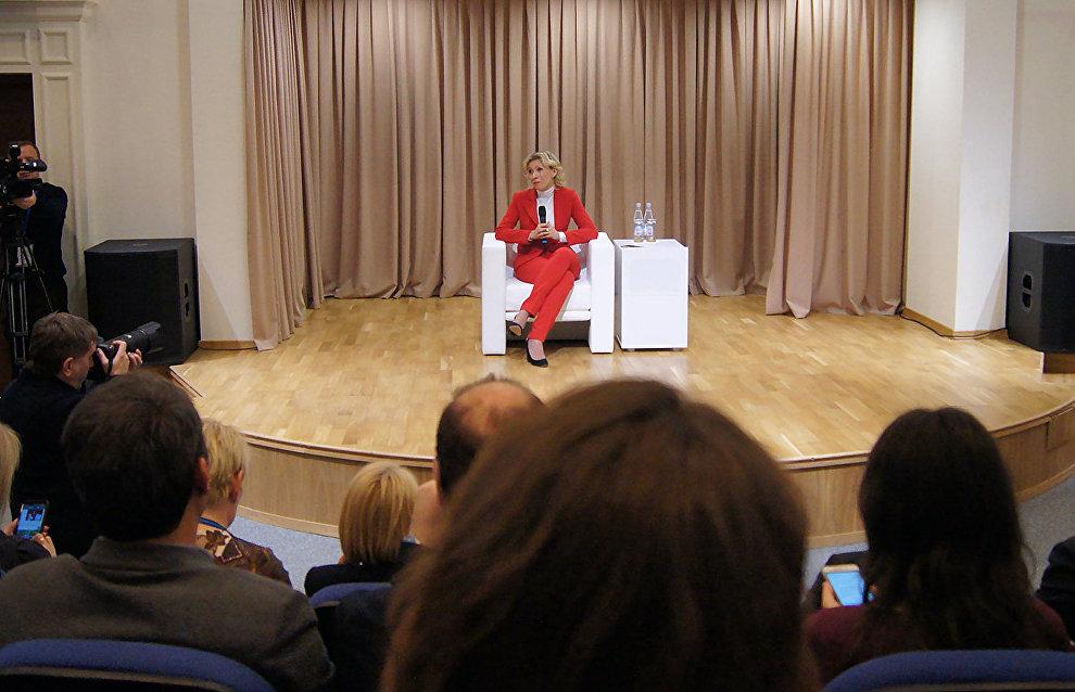 Мария Захарова провела брифинг в Салехарде