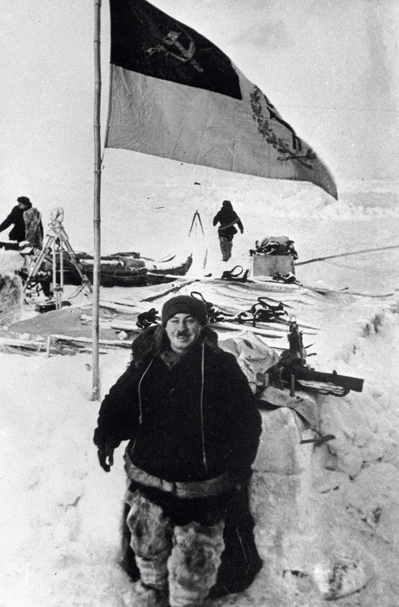 Начальник первой советской дрейфующей станции «Северный полюс - 1» Иван Папанин (1894-1986)