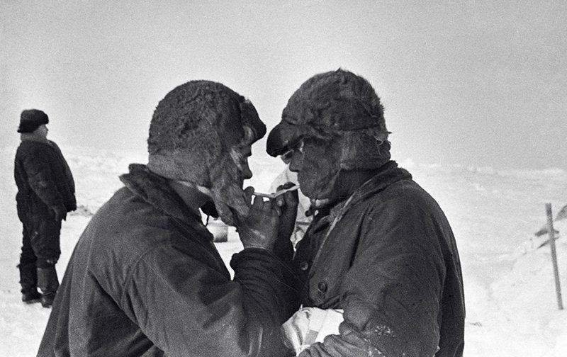 Полярные исследователи радист Эрнст Кренкель (слева) и гидробиолог и океанограф Петр Ширшов на льдине перед эвакуацией. Станция «Северный полюс - 1»