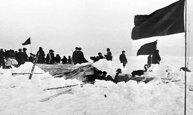 Спасатели снимают папанинцев с расколовшейся льдины. «Северный полюс» («СП-1») — первая в мире советская полярная научно-исследовательская дрейфующая станция. 274 суток проработала на ней экспедиция под руководством Ивана Папанина