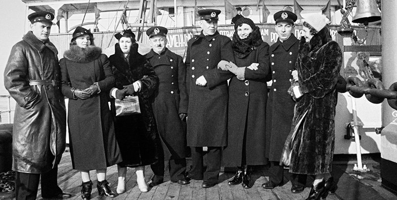 Petr Shirshov (left), Ivan Papanin (4th left), Ernst Krenkel (4th right) and Yevgeny Fyodorov (2nd right) with wives upon return from the Yermak iceboat expedition to Leningrad