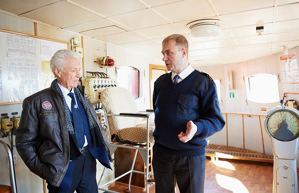 Легендарный капитан «Михаила Сомова», Герой Советского Союза Валентин Родченко (слева) на борту судна
