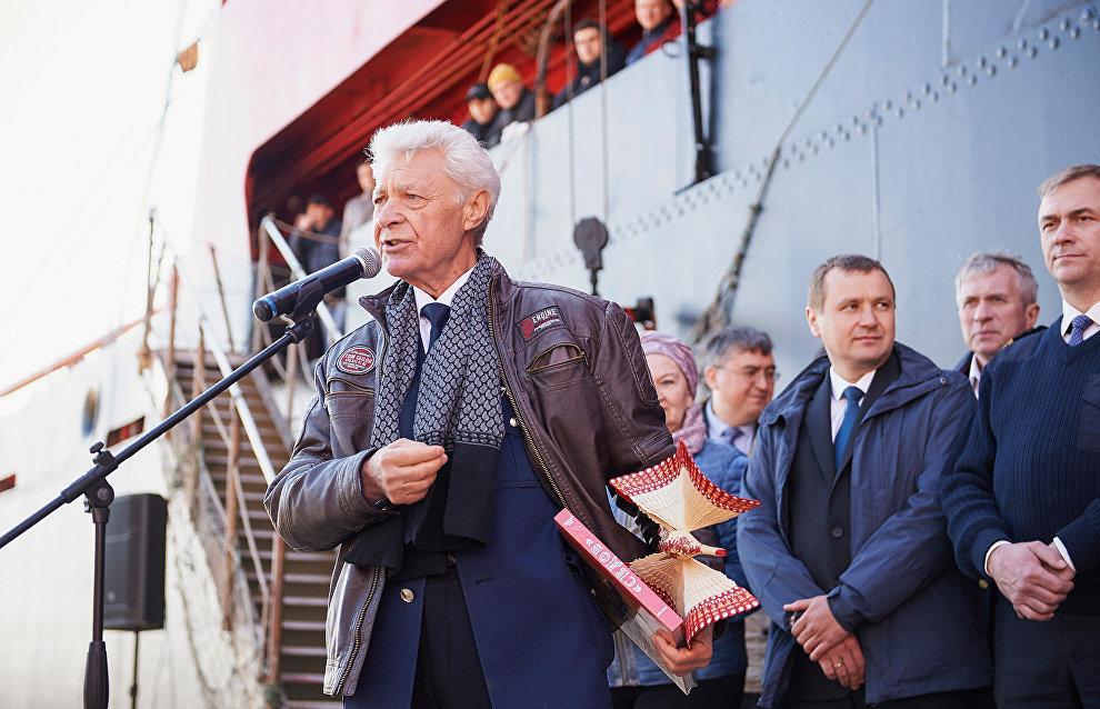 Валентин Родченко выступает перед стартом второго этапа экспедиции «Трансарктика-2019»