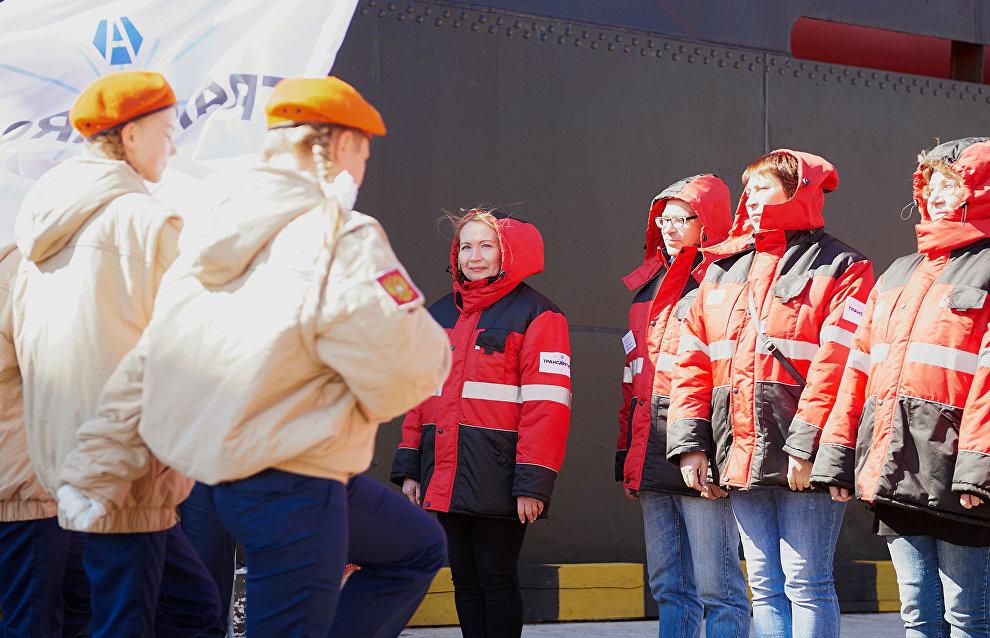 Ольга Балакина (в центре), начальник второго этапа экспедиции на НЭС «Михаил Сомов»
