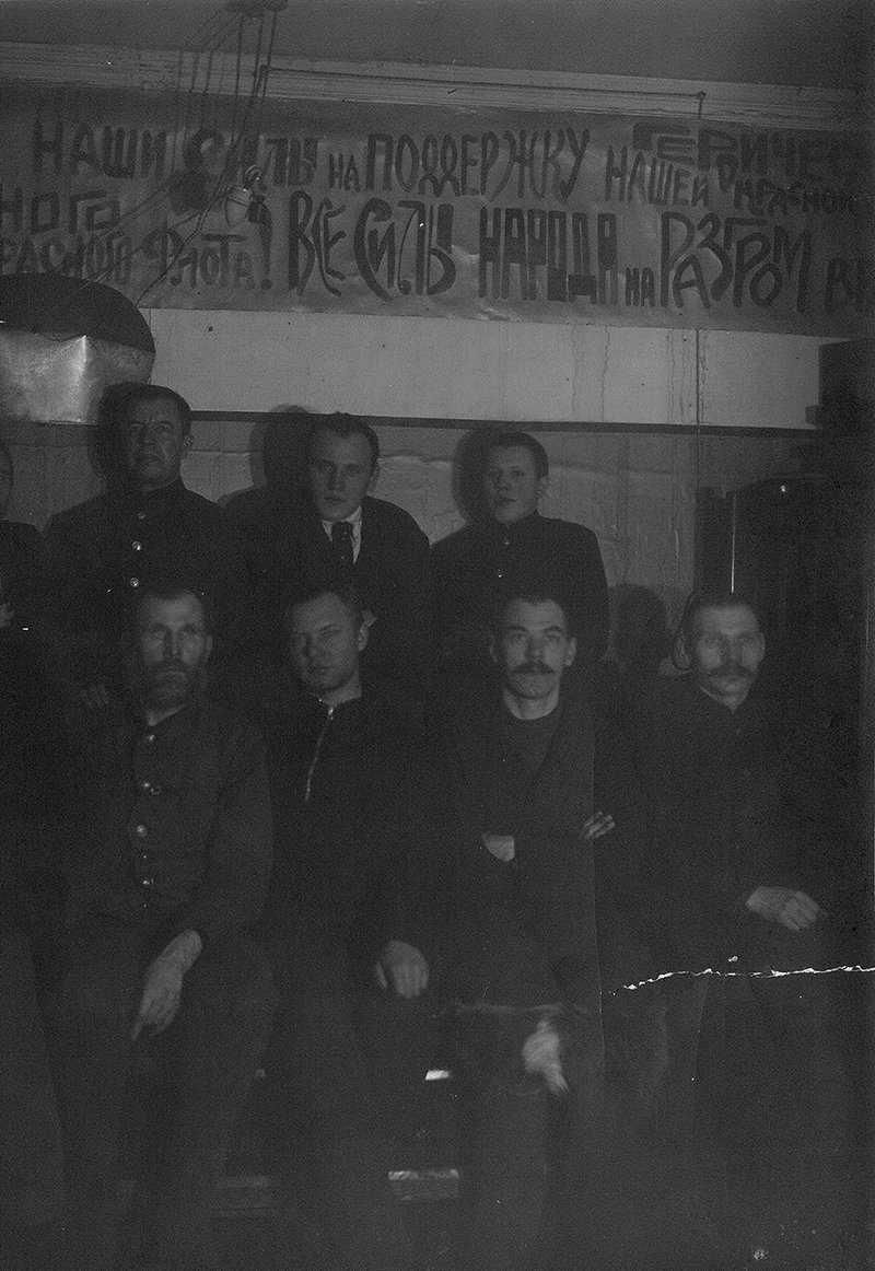 The only photo of polar explorers at the Tikhaya Bay station was taken in early January 1942