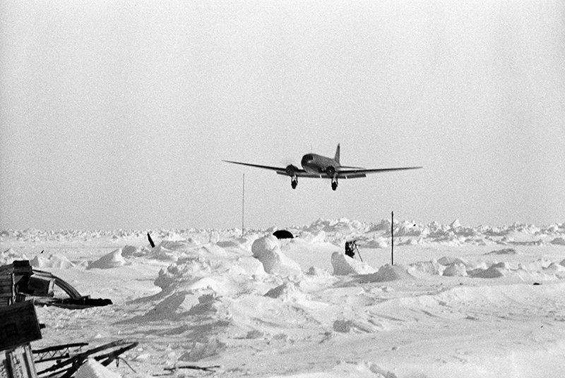 На спасение станции «Северный полюс» (советская научно-исследовательская дрейфующая станция «СП -1») были отправлены самолеты. Ми-2 идет на посадку