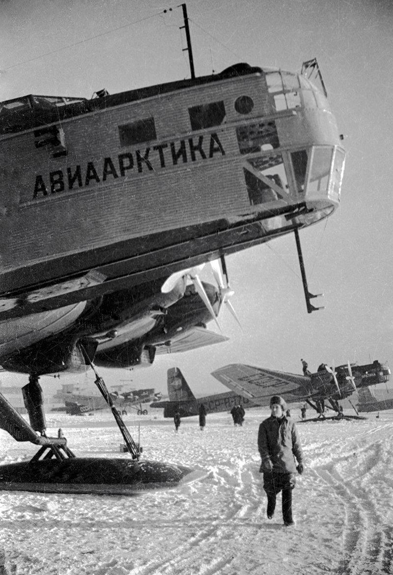 Техники готовят самолеты к полету на Северный полюс