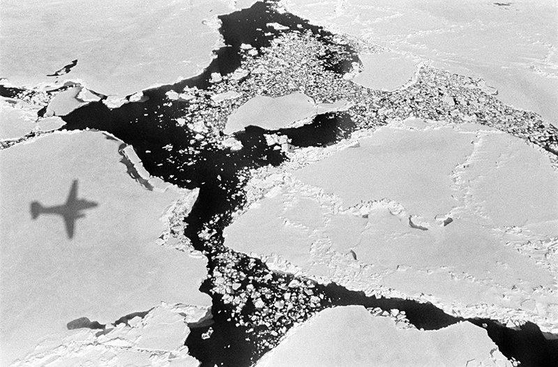 Самолет летит над Арктикой