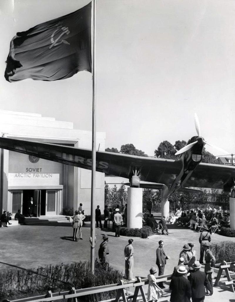 Павильон «Советская Арктика» и самолет АНТ-25