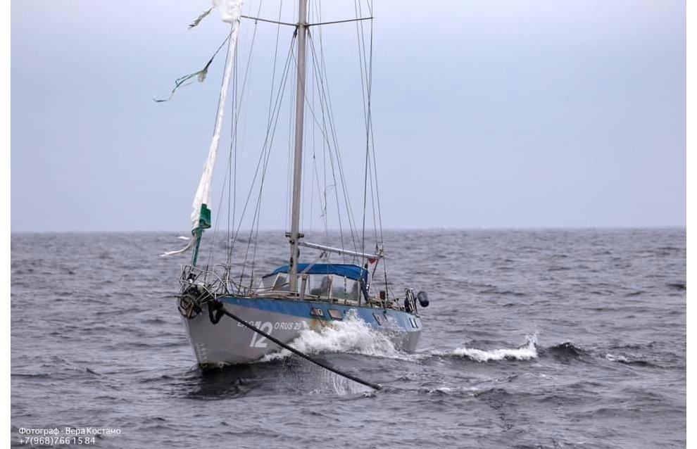 Boat Kreiser in distress taken in tow in the White Sea
