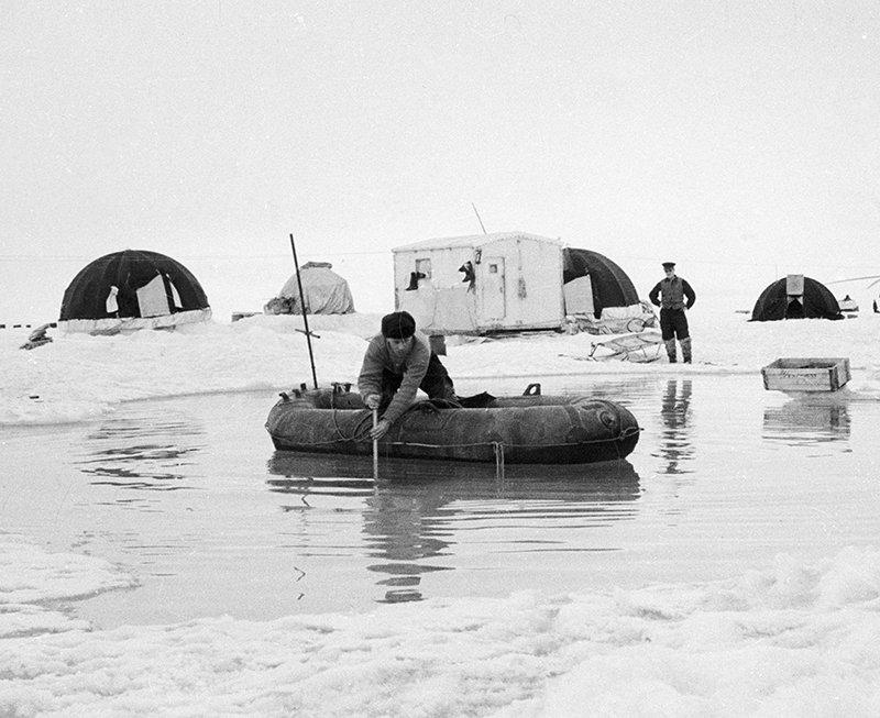 Полярник станции на Северном полюсе проводит исследования океана