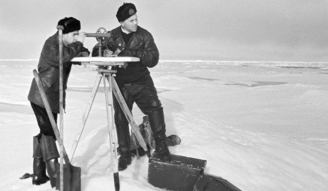 Научные сотрудники станции СП-5 ведут наблюдения за снежным покровом в Арктике