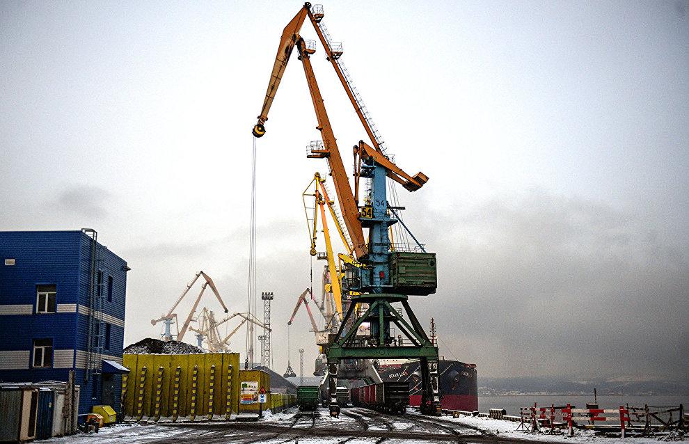 В Мурманском морском торговом порту оборудовано 14 причалов, на которых в год обслуживается около 300 судов