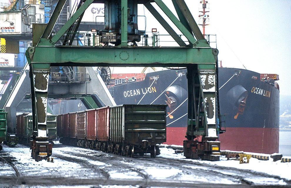 По железнодорожным путям в порт заезжают составы с грузами. Краны способны загрузить до 80 тонн на одно судно