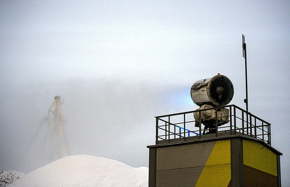 На территории порта установлено 14 стационарных и 3 портативных туманоснегообразующих пушек